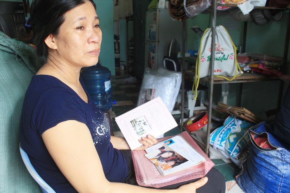 Bà Trang nghẹn ngào nước mắt khi nghĩ về người con xấu số.