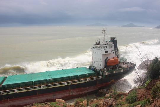 Một tàu hàng bị mắc cạn bên bờ biển Quy Nhơn.
