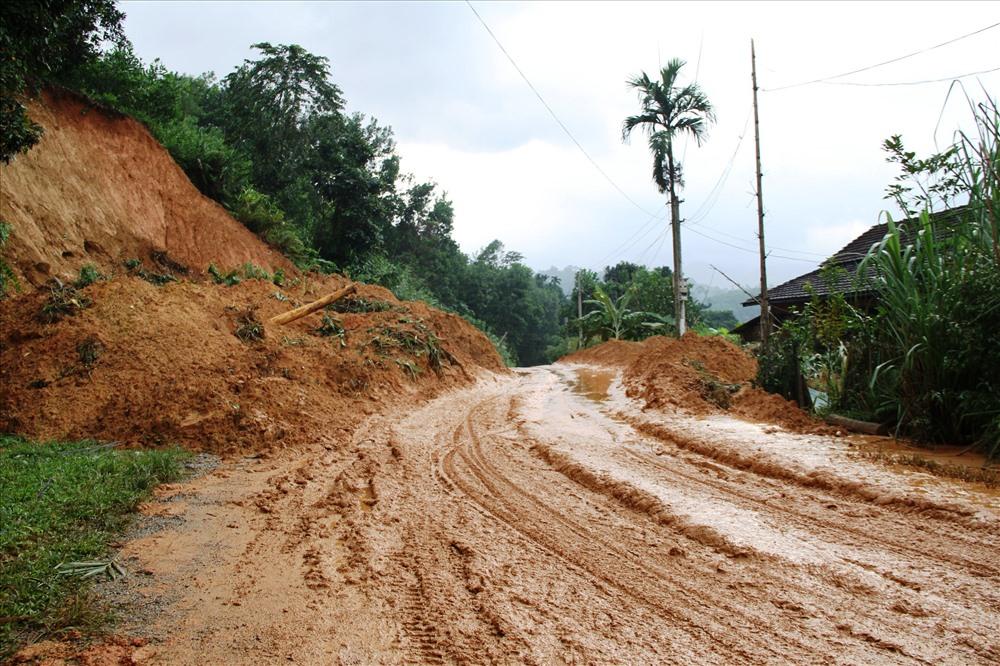 Tuy đã thông tuyến nhưng vẫn còn nhiều đoạn đường sình lầy gây khó khăn cho xe máy. Ảnh: LP