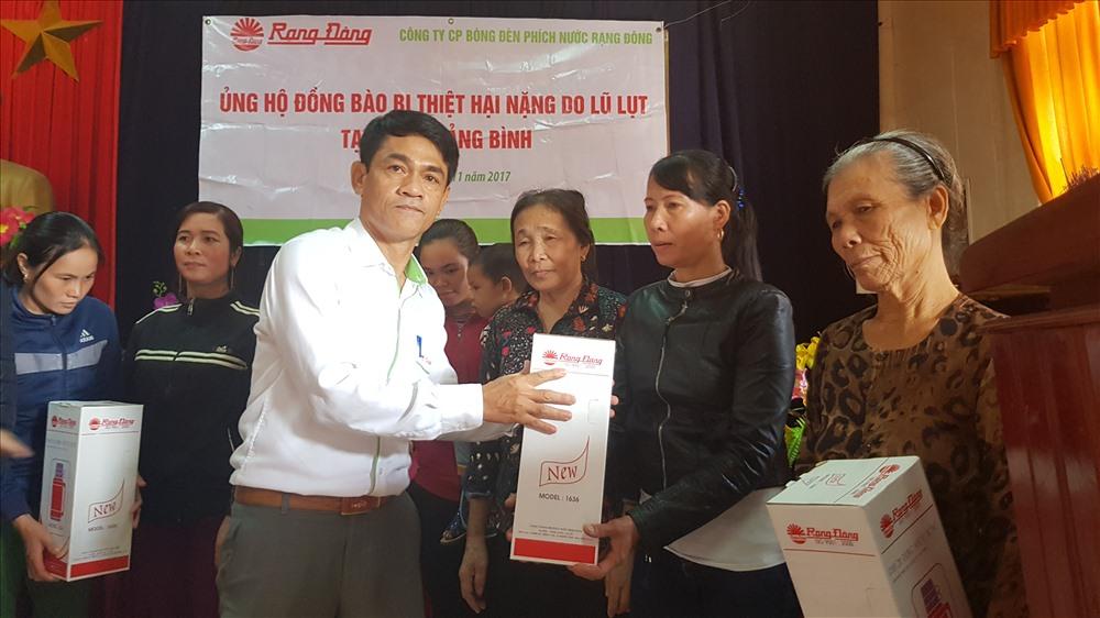 Đại diện Cty CP Bóng đèn Phích nước Rạng Đông tận tay trao quà cho người dân Quảng Bình