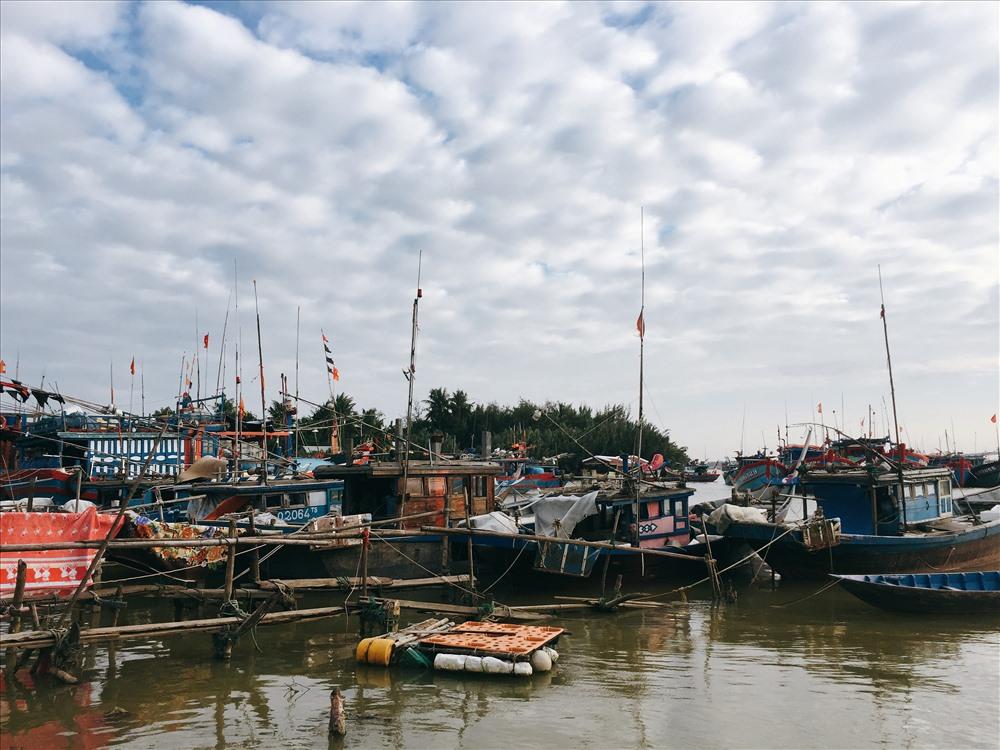 do ảnh hưởng từ đợt lũ của bão Damrey, nước từ thượng nguồn ồ ạt đổ về cộng với triều cường, bờ biển cửa đại bị xói mòn nhưng có chỗ lại bị bồi thành cồn cao khiến hàng trăm tàu thuyền phải đậu bờ. Ảnh: ML