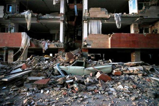 Nhiều nhà cửa bị đổ sập. Ảnh: AP