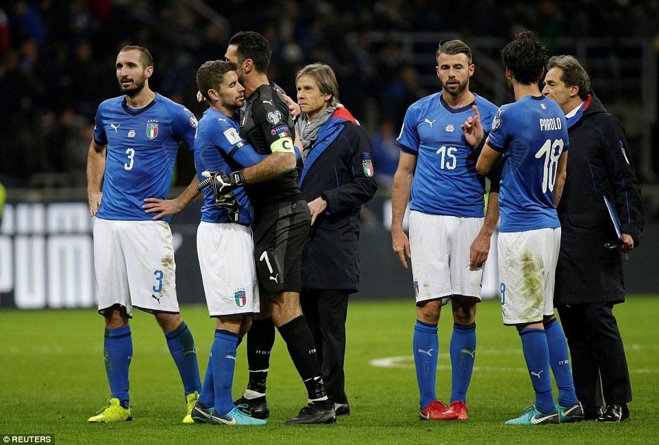 Nỗi buồn bao trùm ĐT Italy. Ảnh: Reuters.