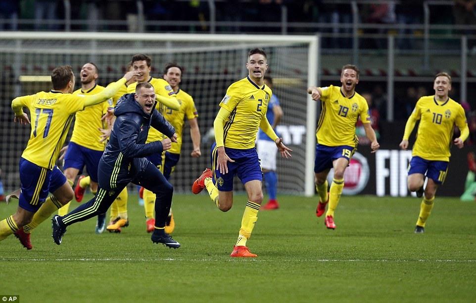 Các cầu thủ Thụy Điển vào sân ăn mừng sau tiếng còi mãn cuộc. Ảnh: AP.