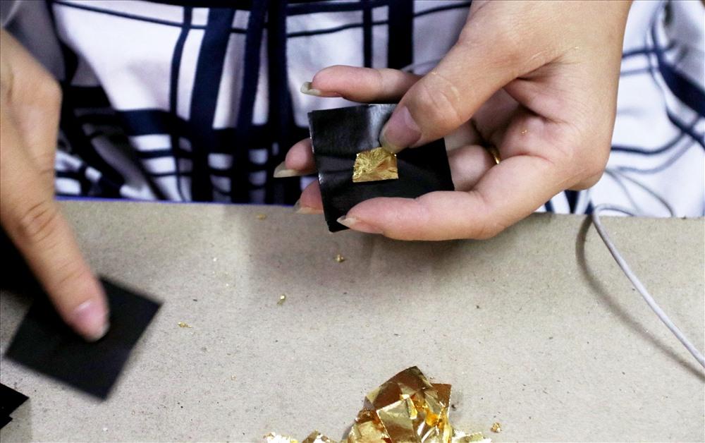 Người ta đem chỉ vàng/bạc để lên đe, lấy búa đập cán dài ra, càng dài càng tốt, 1 chỉ cán dài được 2 m là vừa đẹp, sau đó cắt sợi vàng/bạc này ra thành từng đoạn nhỏ bằng móng tay (mảnh diệp).