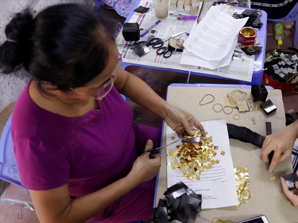 Đến khi miếng diệp vàng mỏng dàn kín 4 chiều miếng quỳ, cắt tiếp diệp thành 16 miếng nhỏ rồi lại tiếp tục bít đai đập tiếp từng miếng nhỏ này một lần nữa.