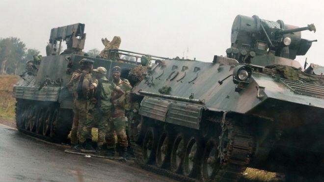 Xe bọc thép được nhìn thấy chiếm vị trí trên những con đường bên ngoài thủ đô Harare từ ngày 14.11. Ảnh: Reuters