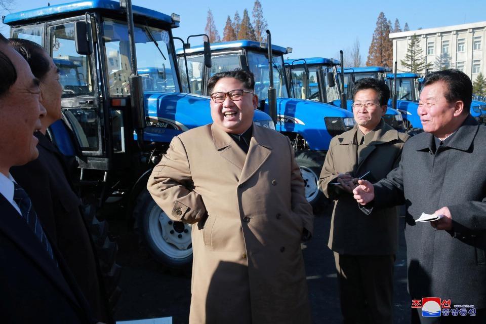 """""""Đây không chỉ là một người vận chuyển mà là con ngựa thép tự lực, mở ra một lối đi tắt đến với quyền lực kinh tế"""" - ông Kim Jong-un nói."""
