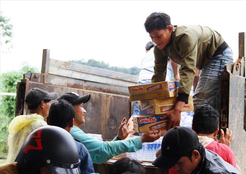 Vận chuyển hàng cứu trợ để chuẩn bị phát quà cho bà con. Ảnh: LP