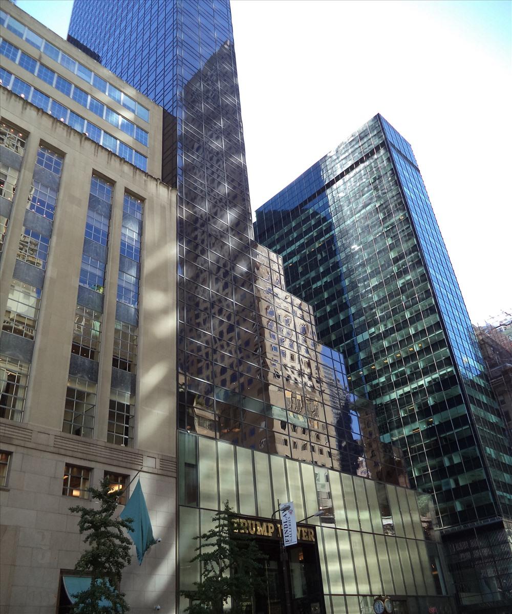 Tòa tháp Trump Tower nằm trên Đại lộ Số 5 - Midtown Manhattan - nơi sinh sống, làm việc cũng như đại bản doanh cho chiến dịch tranh cử Tổng thống Mỹ năm 2016 của ông Donald Trump.