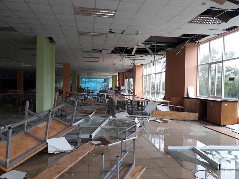 Sảnh ký túc xá B, đại học quốc gia TPHCM tan hoang sau một trận mưa giông tối ngày 18.11.  Ảnh: X.Đ