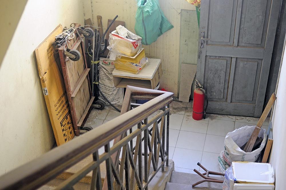 Cầu thang thoát hiểm bụi bặm, bẩn thỉu trở thành nơi chứa đồ khiến khu tái định cư này trở nên lộn xộn