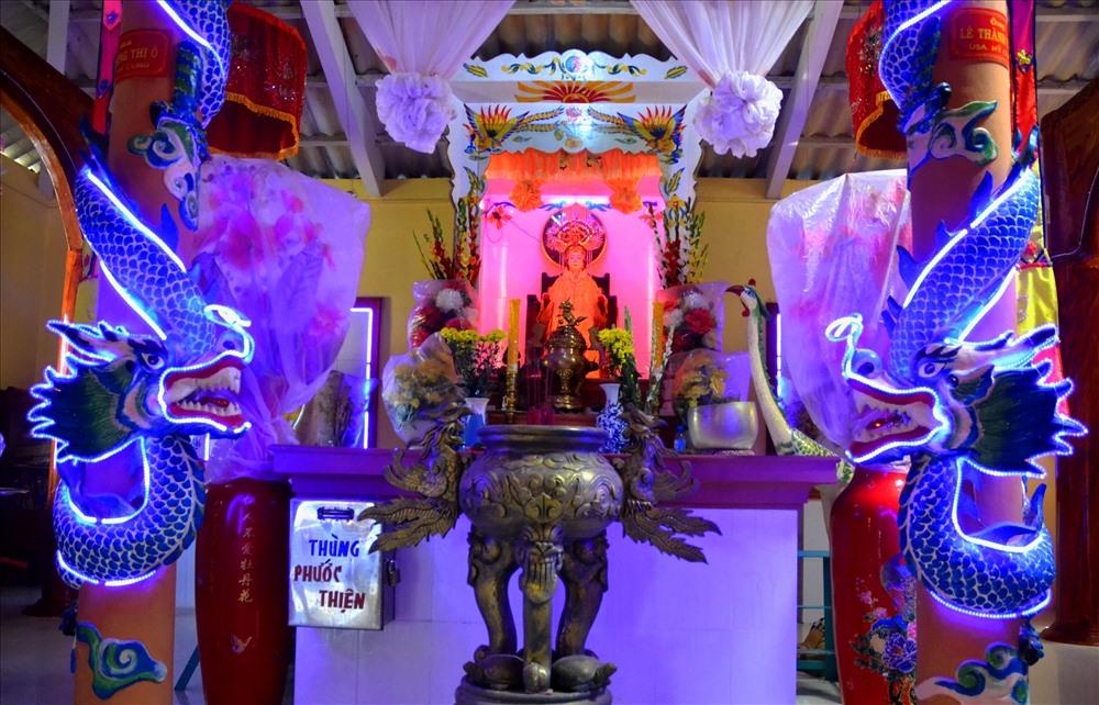 Bàn thờ được trang trí rất trang nghiêm và cầu kỳ.