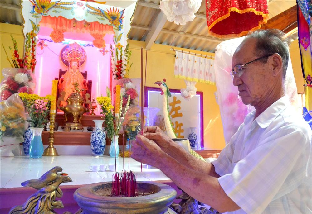 Ông Nguyễn Văn Xinh, Phó trưởng Ban Quản lý Miếu Bà Cố Chủ Hòn Sơn thành kính thắp hương lên bàn thờ chính.