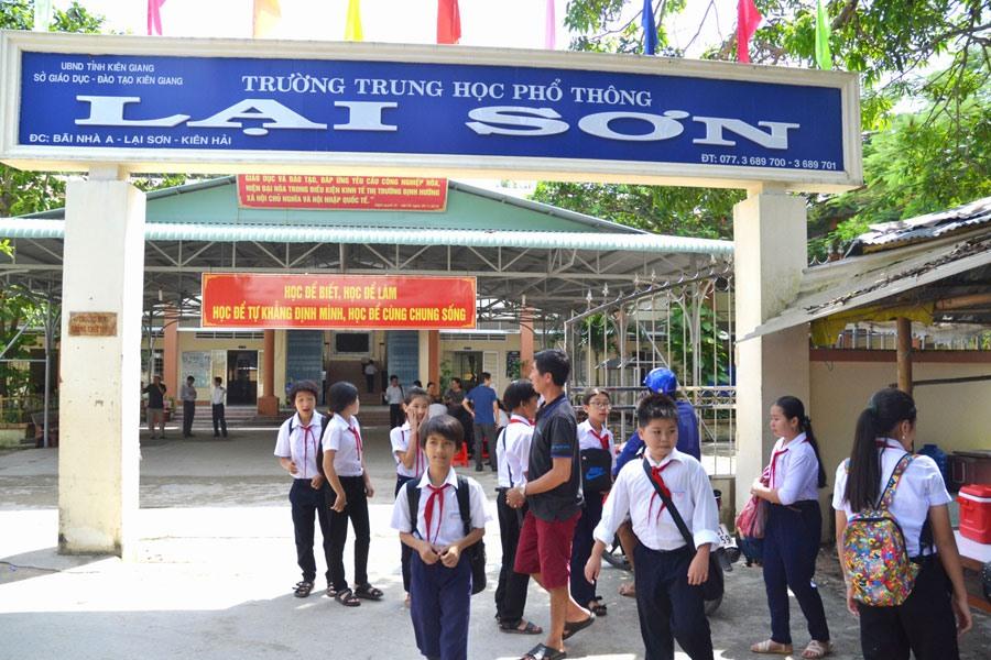 """Để có được Trường PTTH Lại Sơn ngày nay, các thế hệ giáo viên phải trải qua hành trình """"gieo chữ"""" nhiều gian khó nơi xã đảo."""
