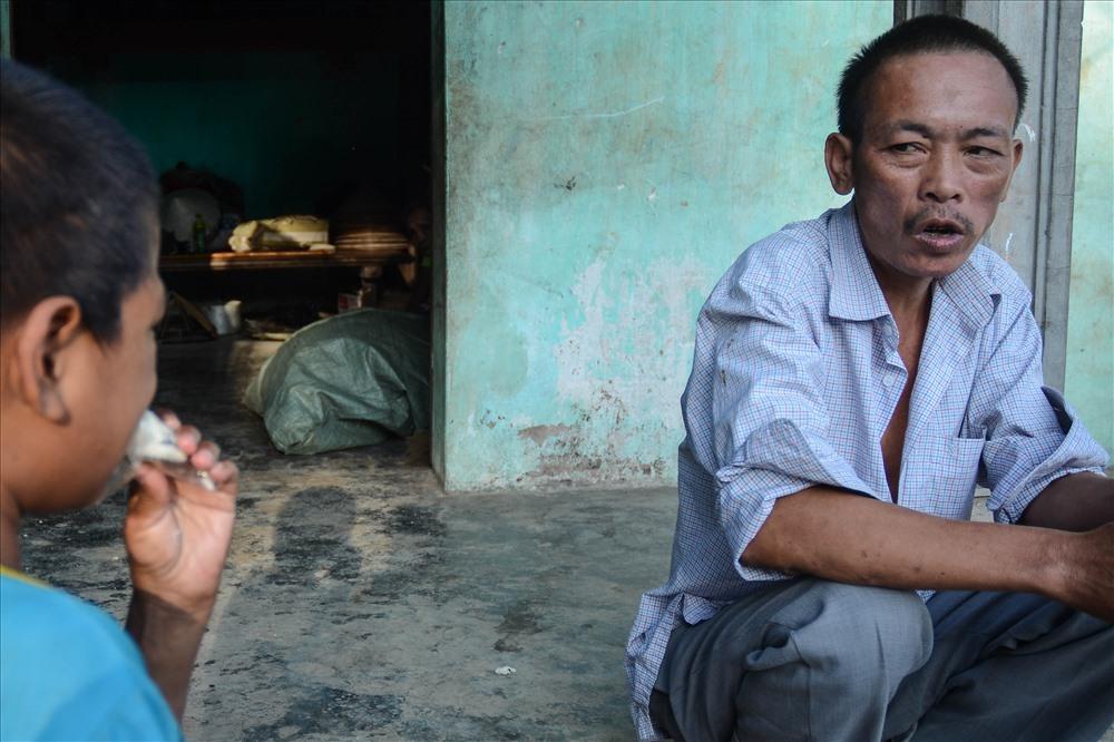 Người con trai thứ ba là anh Nguyễn Văn Thêm năm nay đã 42tuổi, bố của 5 đứa con nhưng trí tuệ không như người thường. Lúc vui thì cười nói cả ngày, lúc buồn thì chửi bới vô cớ rồi tự nhốt mình trong phòng không ăn không uống, không nói chuyện với ai kể cả vợ con.
