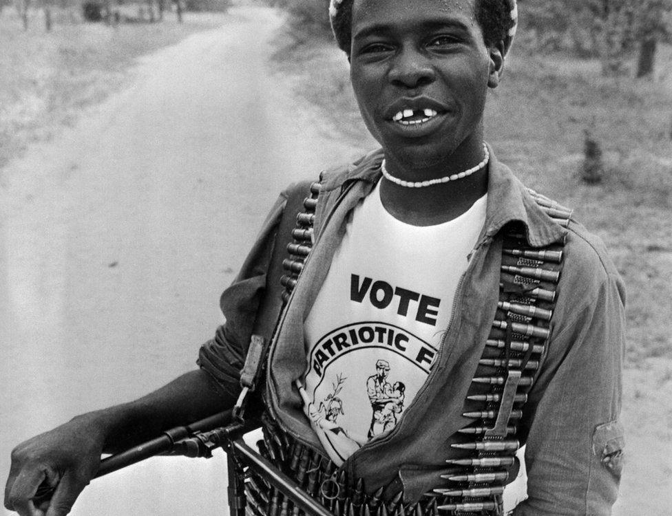 Đồng ý từ bỏ vũ khí trong các cuộc đàm phán hòa bình do người Anh tổ chức, sau đó thành lập Mặt trận Ái quốc, và trước sự ngạc nhiên của giới quan sát phương Tây, Robert Mugabe đắc cử với chiến thắng long trời lở đất vào tháng 2.1980. Trong ảnh là một chiến binh ủng hộ Mặt trận Ái quốc cầm súng máy và đạn trong cuộc tổng tuyển cử ngày 4.3.1980 tại Lupane. Ảnh: AFP