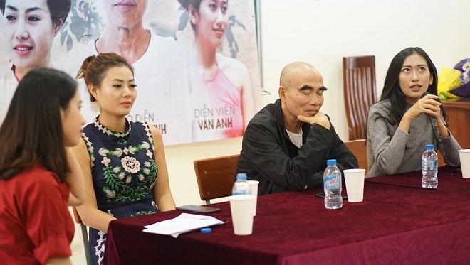 """Đạo diễn Lưu Trọng Ninh và hai diễn viên của phim """"Thương nhớ ở ai"""" giao lưu cùng MC. Ảnh: Sóng trẻ"""