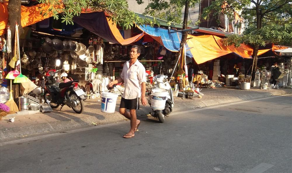 Vỉa hè được các hộ buôn bán tận dụng triệt, đẩy người đi bộ xuống lòng đường.