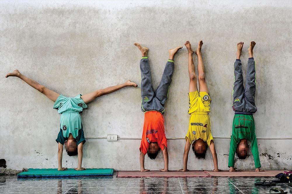 Trong hai năm đầu, các diễn viên nhí sẽ trải qua 4 môn cơ bản: Nhào lộn, tung hứng, thăng bằng và thể thao, trước khi được bước vào tập tiết mục biểu diễn.
