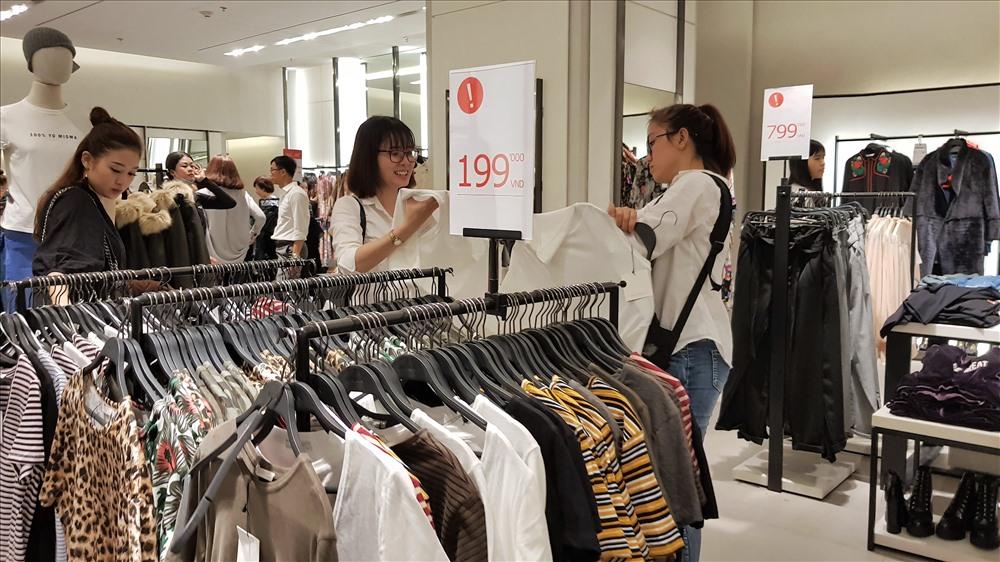 Ghi nhận của PV, việc giảm giá chủ yếu rơi vào các mặt hàng như quần áo, túi xách, đồ da của các thương hiệu lớn...Ảnh: Trường Sơn