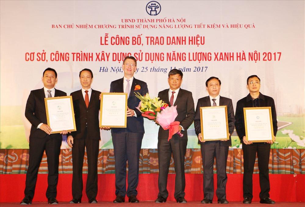 Đại diện Hải Phát Group (Đầu tiên bên tay trái) lên nhận giải thưởng danh hiệu cao nhất – cấp 5 Sao cho Công trình xây dựng sử dụng Năng lượng Xanh cho Dự án Roman Plaza