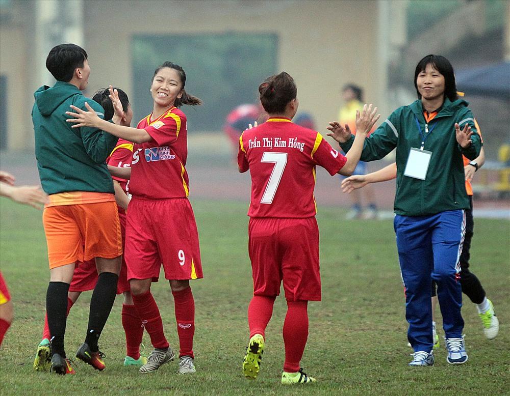 Niềm vui của cô trò HLV Kim Chi, TPHCM I đứng trước cơ hội lần thứ 2 liên tiếp vô địch giải nữ QG.