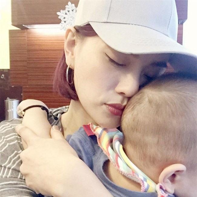 Năm 2015, Thu Thủy sinh một cậu con trai kháu khỉnh, cũng trong thời gian này, Thu Thủy ít chia sẻ về chồng hơn hẳn thời gian trước