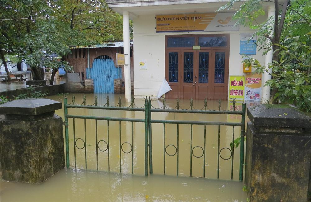 Những nơi nước ngập nặng phải đóng cửa, nhưng đồ đạc đã được di chuyển, nên thiệt hại không lớn. Ảnh: Hưng Thơ.