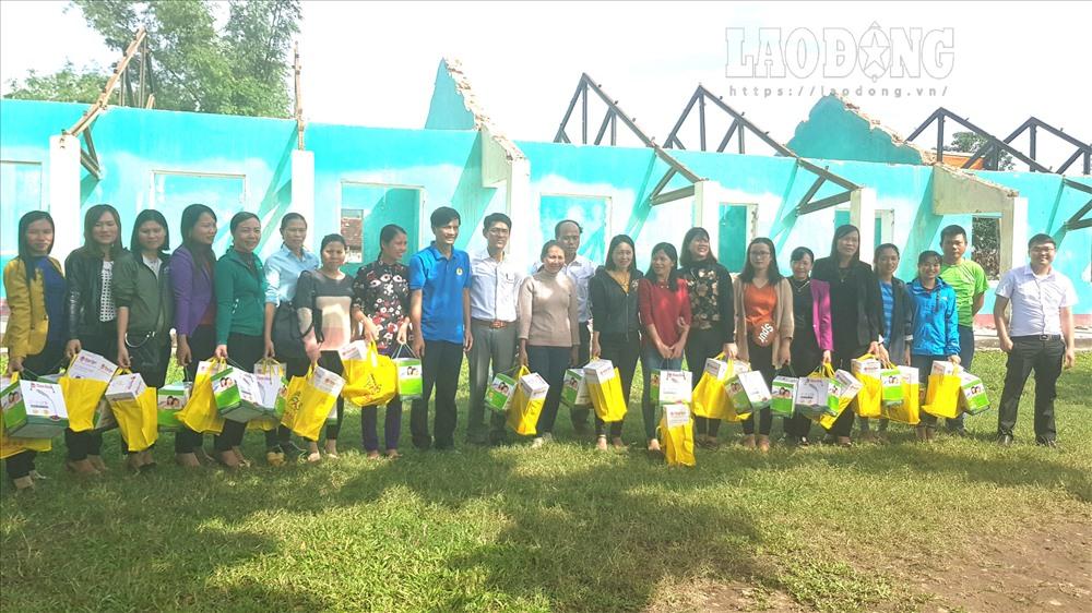 Các phần quà được trao cho giáo viên trường Tiểu học Quảng Phú. Ảnh: Lê Phi Long