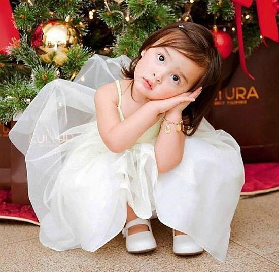 Mặc dù còn nhỏ tuổi nhưng cô bé Zia - con gái của cặp đôi nổi tiếng đã sở hữu vẻ đẹp được thừa hưởng từ cả bố và mẹ