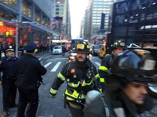 Cảnh sát điều tra vụ nổ. Ảnh: nytimes.com