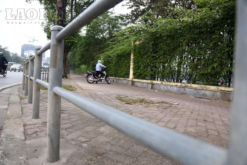 Xe máy di chuyển trên vỉa hè đoạn từ ngã tư Tôn Đức Thắng - Cát Linh hướng về Chu Văn An phải xuống lòng đường vì hàng rào chắn.