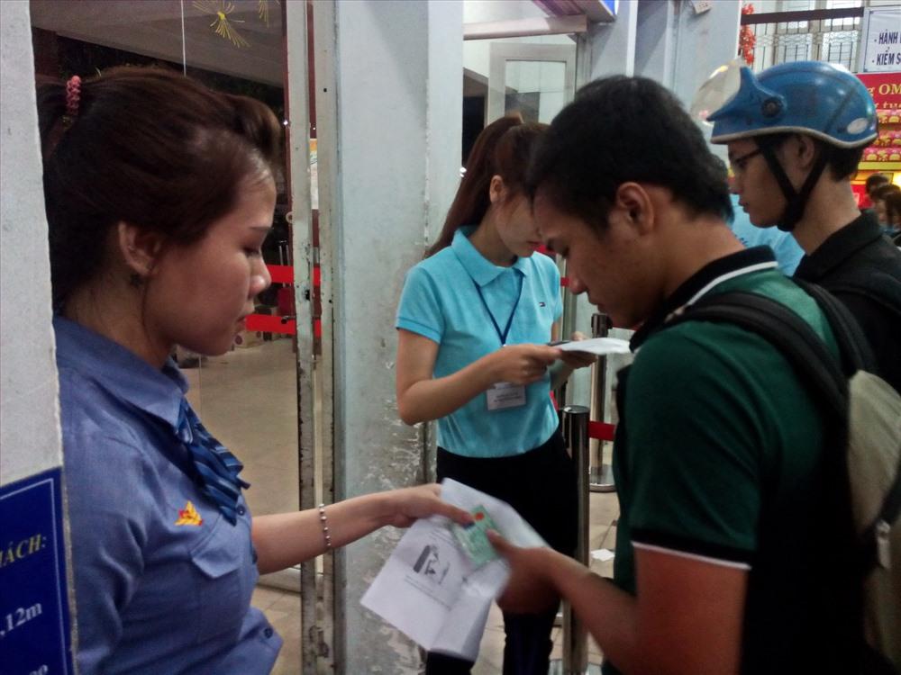 Nhân viên kiểm soát vé ở cửa ga Sài Gòn.  Ảnh: M.Q