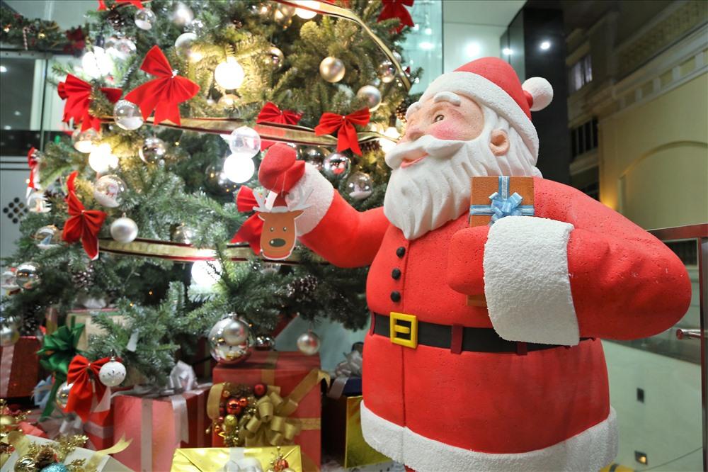 Dù còn hơn 10 ngày nữa mới đến ngày Noel nhưng hình ảnh Ông già Noel đã xuất hiện ở nhiều tòa nhà, trung tâm thương mại ở TPHCM. Ảnh: Trường Sơn