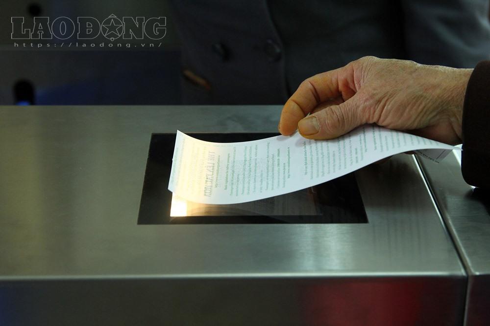 Mã vé được quét trên trạm soát vé tự động.