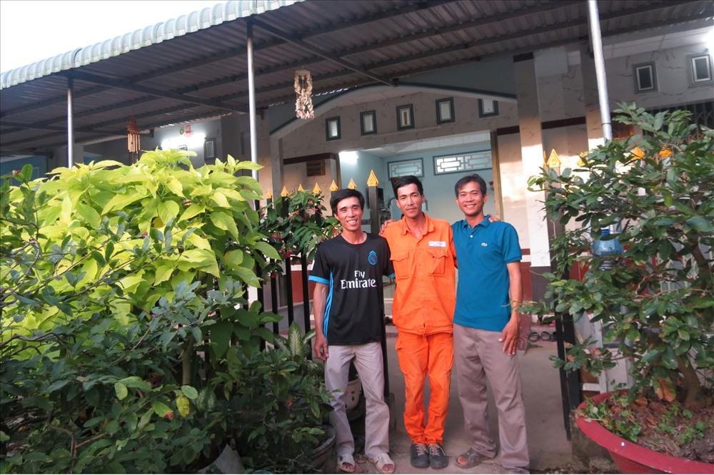 Anh Khoa, anh Đẹt, anh Toàn - 3 chủ nhà trong thôn Điện lực Cù Lao Dung. Ảnh: L.T