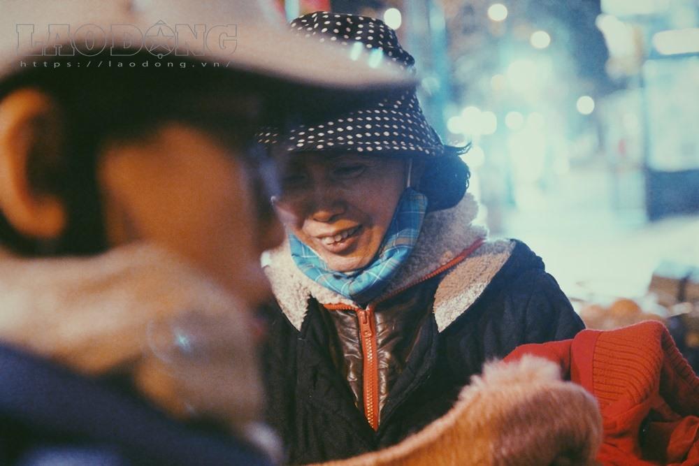 Nụ cười của một người phụ nữ khi được đoàn tình nguyện tặng quà.