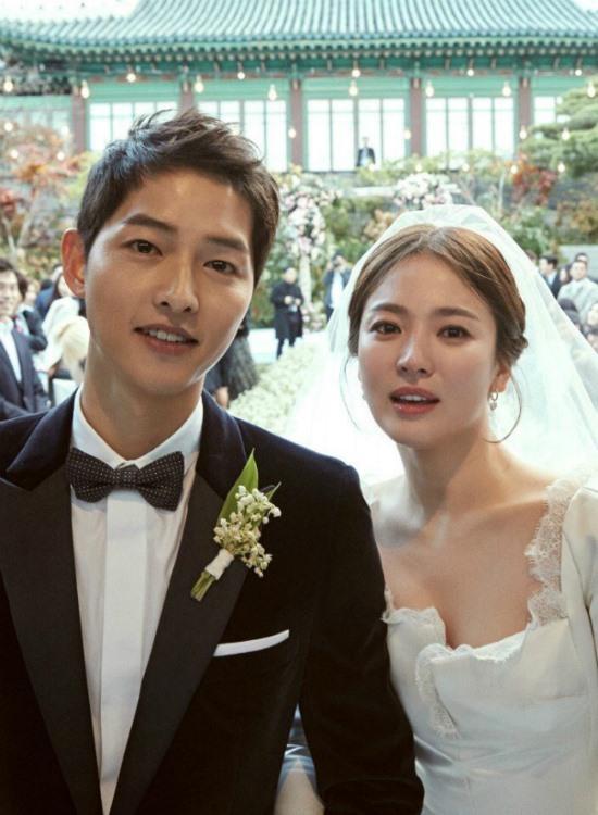 gày 31.10, đám cưới thế kỉ của Song Hye Kyo và Song Joong Ki chính thức diễn ra với không gian riêng tư và dàn khách mời là loạt tên tuổi đình đám trong làng giải trí Hàn.