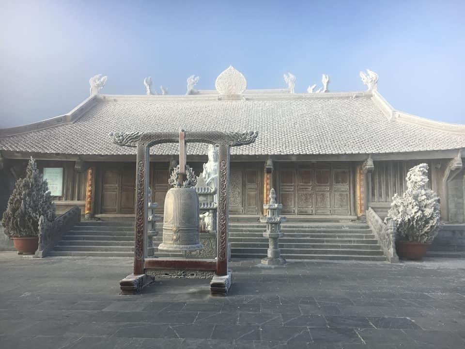 Mái chùa cũng phủ lớp băng tuyết.