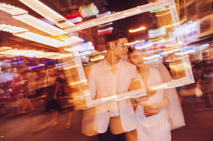 Tối 3.12, Jay Quân chính thức cầu hôn Chúng Huyền Thanh tại phố Bùi Viện. Đây cũng là nơi cặp đôi thực hiện bộ ảnh cưới.