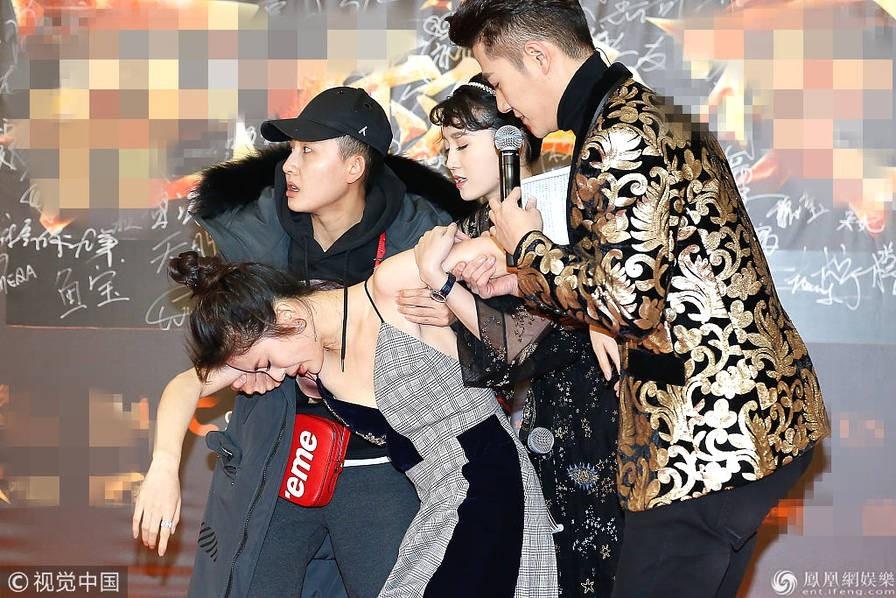 """Tối 18.12, dàn sao Hoa ngữ đã đổ bộ thảm đỏ """"Đêm Hoa Tiêu"""" được tổ chức tại thành phố Bắc Kinh. Mỹ nhân Triệu Hàn Anh Tử - thủ vai Trình Anh trong """"Tân thần điêu đại hiệp"""" đã bất ngờ ngất xỉu ngay trên thảm đỏ khiến nhiều người hoảng sợ."""