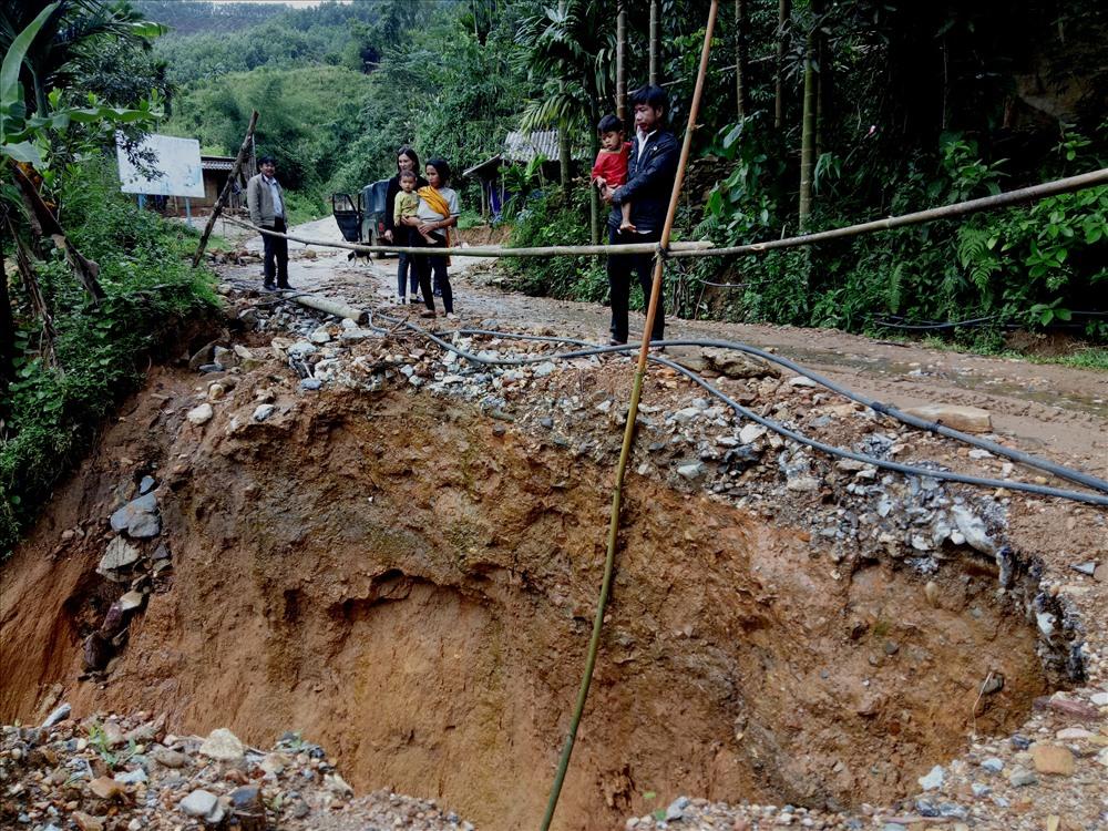 Người dân lo lắng nếu tiếp tục xảy ra mưa lớn, đoạn đường này (xã Trà Quân) sẽ tiếp tục sạt lở. Ảnh: T.H