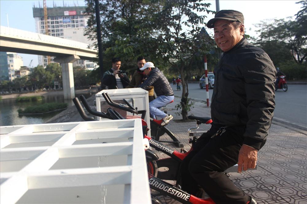 Ông Nguyễn Văn Hùng (65 tuổi, 18 Hoàng Cầu) cho biết, nhận thấy có xe đạp lọc nước xuất hiện ở cạnh hồ Hoàng Cầu người dân khá háo hức dùng thử. Xe đạp này chủ yếu rèn luyện sức khỏe cho người dân và có chức năng bảo vệ môi trường. Khi người đạp xe thì sẽ bơm nước lên bể lọc, sau khi lọc xong xả nước sạch xuống hồ.
