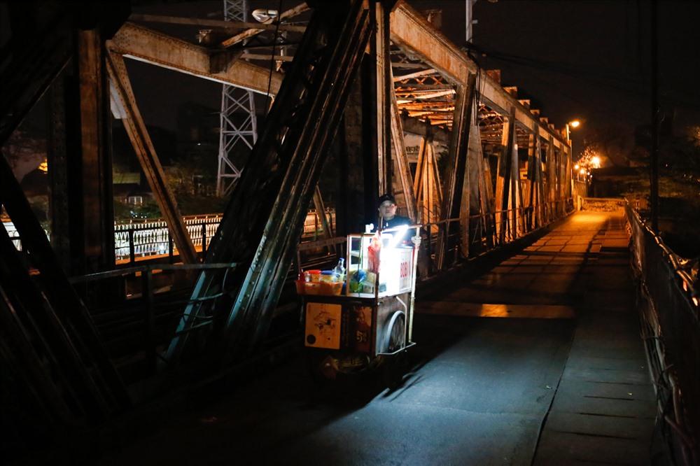 """Mặc cái lạnh buốt, chợ Long Biên vẫn nhộn nhịp. Những phụ nữ trong vai trò """"phu xe"""" vẫn miệt mài với công việc từ đêm đến sáng."""