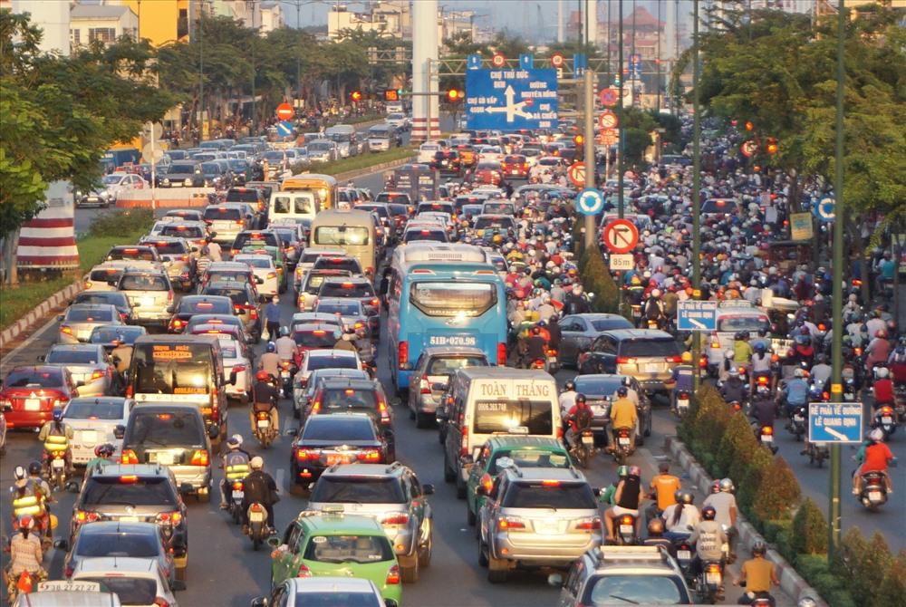 Giao thông hỗn loạn tại giao lộ Phạm Văn Đồng - Lê Quang Định (Q.Bình Thạnh).