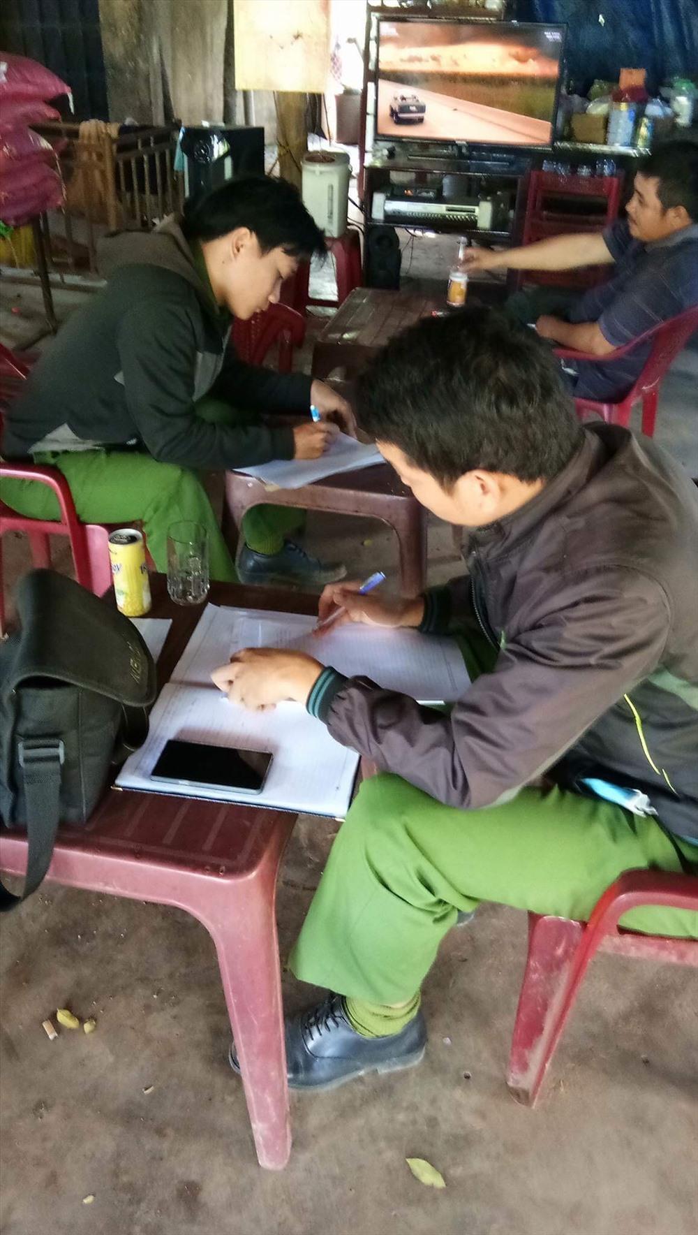Ngày 22.12, các điều tra viên Công an huyện Đồng Phú mới vào lập biên bản hiện trường vụ huỷ hoại cao su. Ảnh: C.H