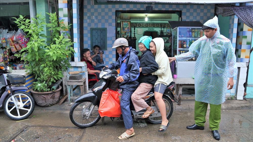 Đến sáng nay, lực lượng công an, quân đội cùng chính quyền địa phương tiếp tục đến từng nhà dân vận động bà con vào các nơi tránh trú bão an toàn. Ảnh: Trường Sơn