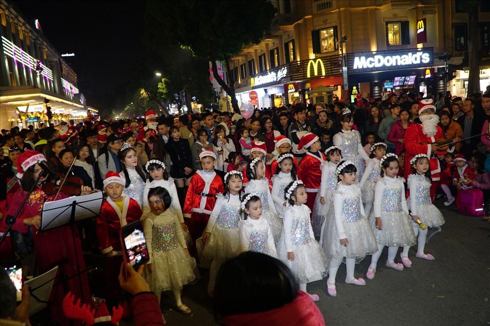 Bên cạnh đó, phố đi bộ cũng là nơi diễn ra nhiều hoạt động. Đặc biệt được chú ý là những ca khúc Giáng sinh được thể hiện bởi các bạn nhỏ và nghệ sĩ đường phố. (ảnh Trúc Hà)