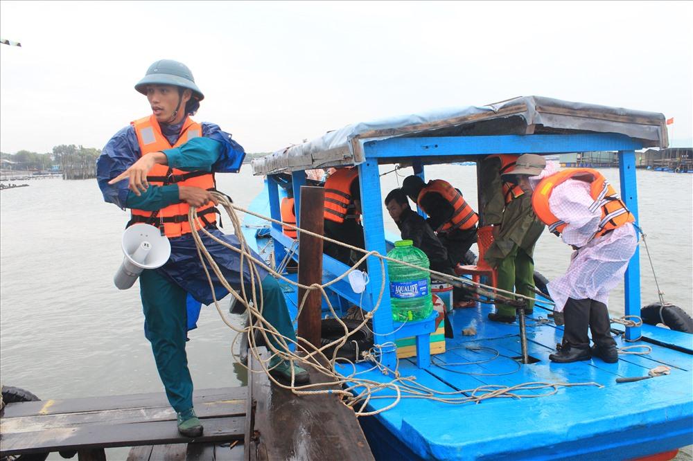 Cơ quan chức năng ra khu vực lồng bè kêu gọi người dân vào nơi tránh trú bão an toàn
